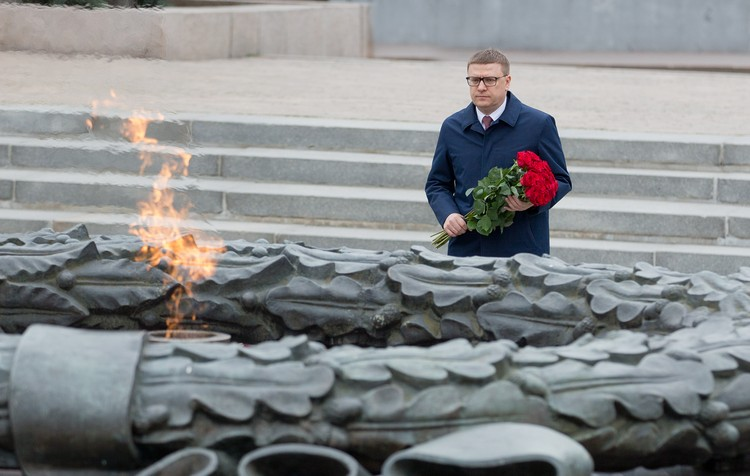 Губернатор Алексей Текслер у Вечного огня. Фото пресс-служба администрации Челябинской области.