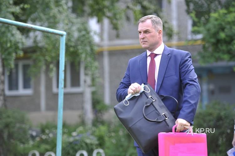 Максим Румянцев и его «легендарный» розовый чемоданчик