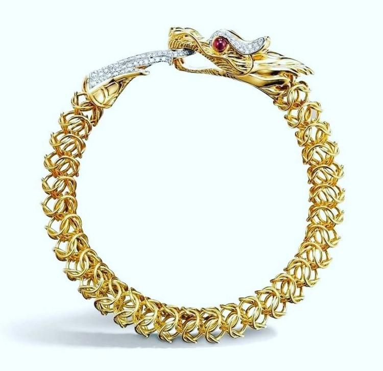 Золотой браслет «Дракон» с глазами-рубинами покрыт 265 мелкими бриллиантами.