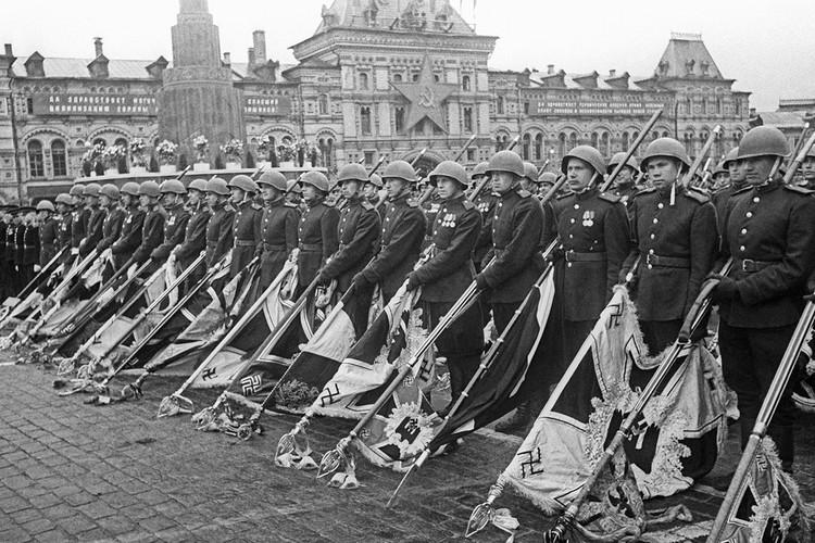 24 июня 1945 года, советские солдаты с опущенными немецкими знаменами во время Парада Победы после окончания Великой Отечественной войны. Фото: Евгений Халдей/ТАСС
