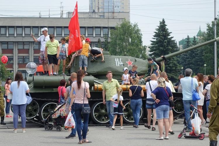 Ребятна и взрослые на несколько часов атаковали танк-легенду.