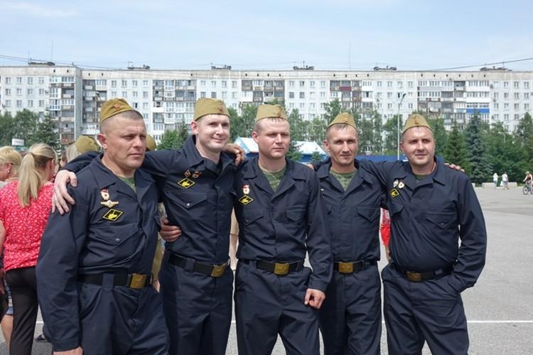 Команда военных и механиков, реставрировавших танк