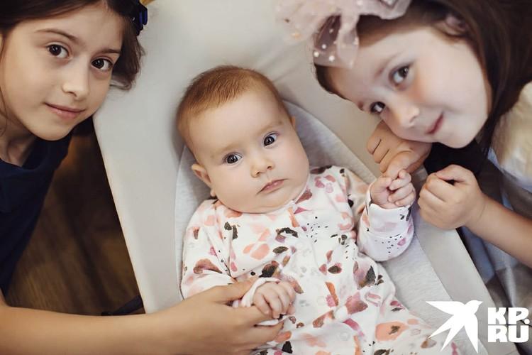 Старшие сестры очень любят Софу. Фото: Ася Ульянова.