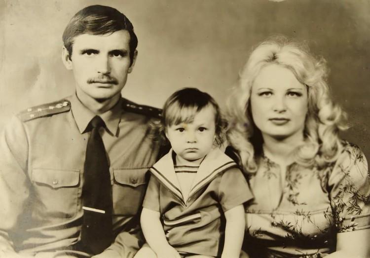 Семейное фото 80-х годов: Светлана, Виктор и маленькой Георгий.