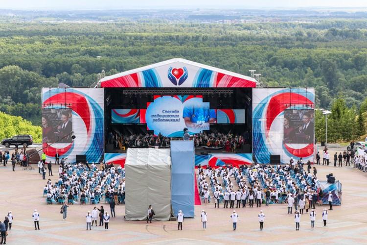 Закончилось шествие обращением Радия Хабирова и концертом