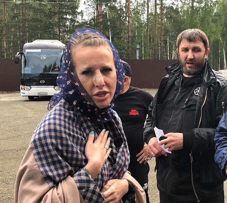 Ксения прилетела в Екатеринбург, чтобы снять фильм об опальном отце Сергии.