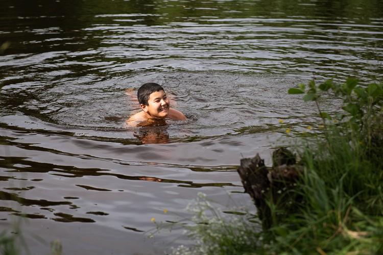 В озере у деревни Смолькино очень чистая теплая вода.