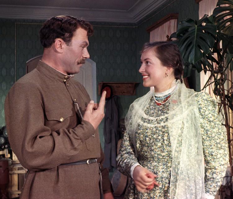 В 24 года Клара Лучко сыграла свою первую заметную роль - Даши Шелест в музыкальном лубке о жизни советского колхоза «Кубанские казаки»
