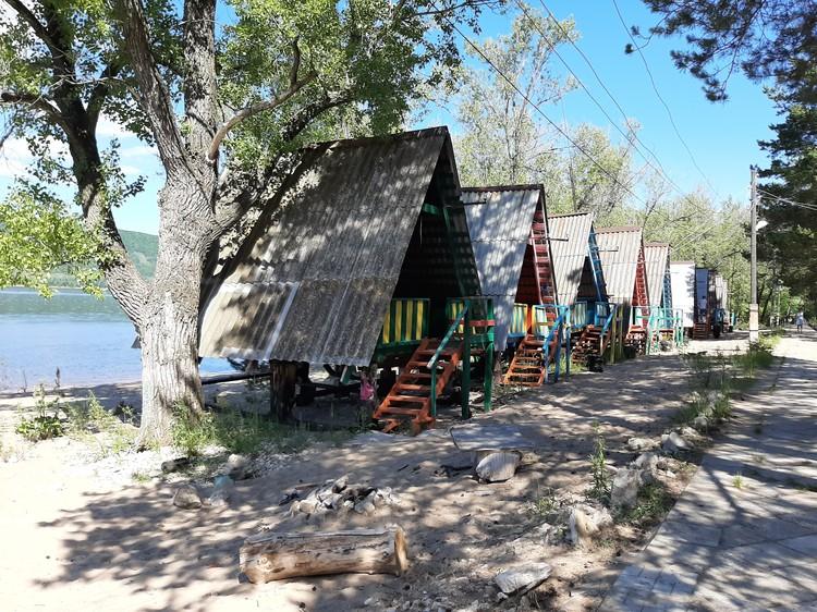 Домики стоят прямо на берегу Волги.