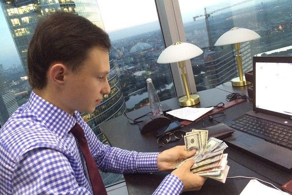 Пачки денег, белоснежные яхты, дорогие спорткары и частные самолеты — все это стандартный атрибуты жизни миллионеров Фото: Личная страница героя публикации в соцсети