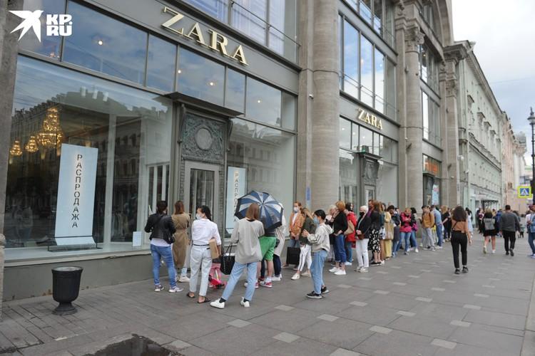 Люди идут не только за покупками, но и чтобы сдать не подошедшие вещи.