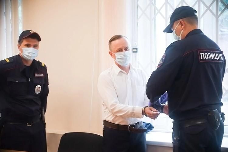 Валерий Сыропятов находился под подпиской о невыезде, а после оглашения приговора на него надели наручники.