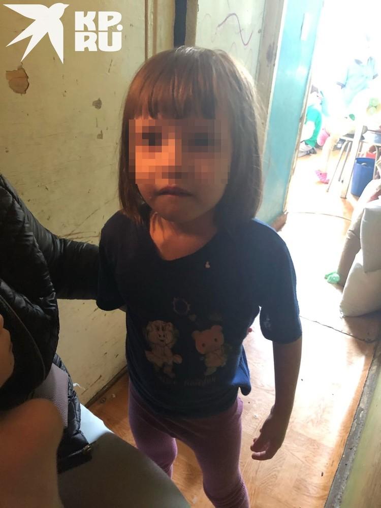 По словам старших дочерей, их сестры и братья ходят в плохой одежде, постоянно голодные. Фото: Анна Тажеева.