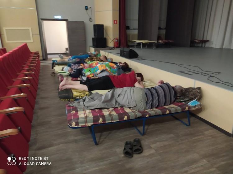Жителей села Верхняя Подстепновка на ночь разместили в ДК Воскресенка