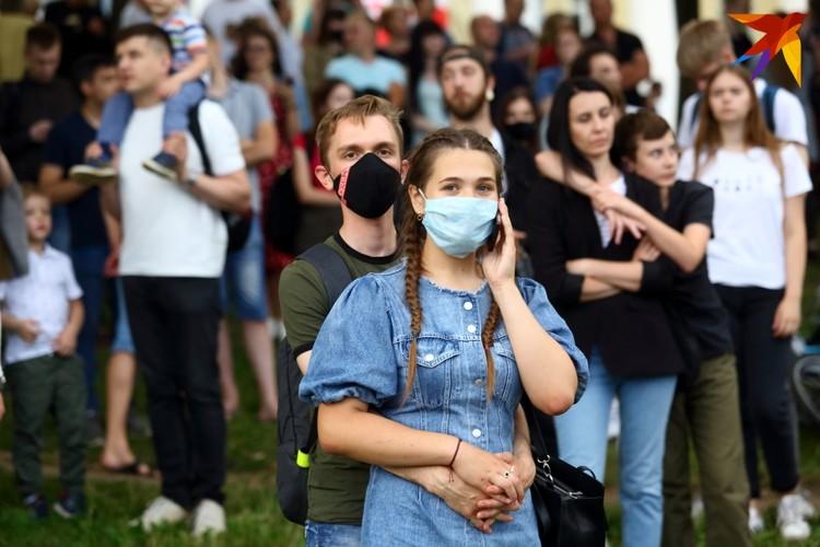 Лишь небольшое количество людей пришло в масках.