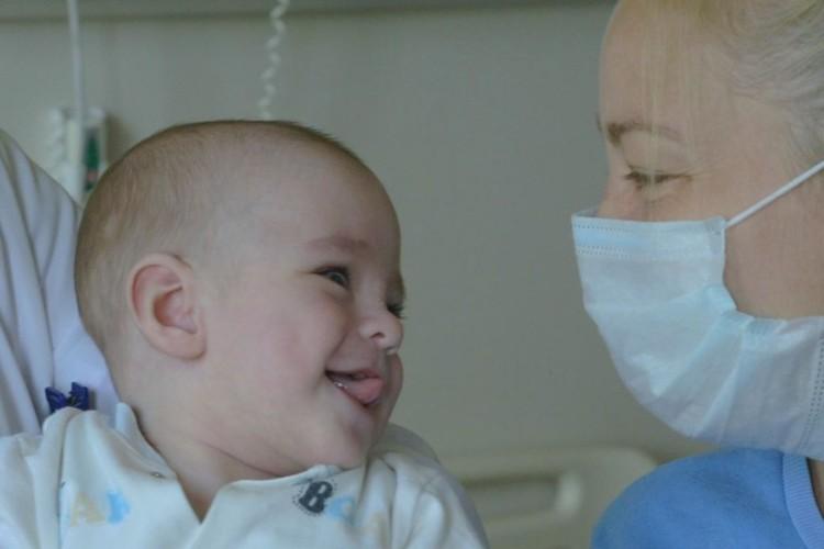 После операции малыш стал чаще улыбаться. Фото: предоставлено пресс-службой МЦ ДВФУ.