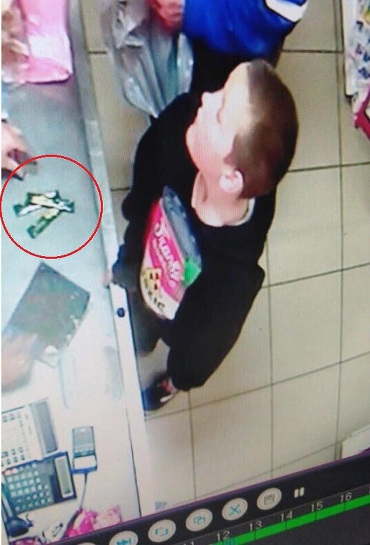 Последний раз ребенка зафиксировала камера видеонаблюдения в местном магазине.