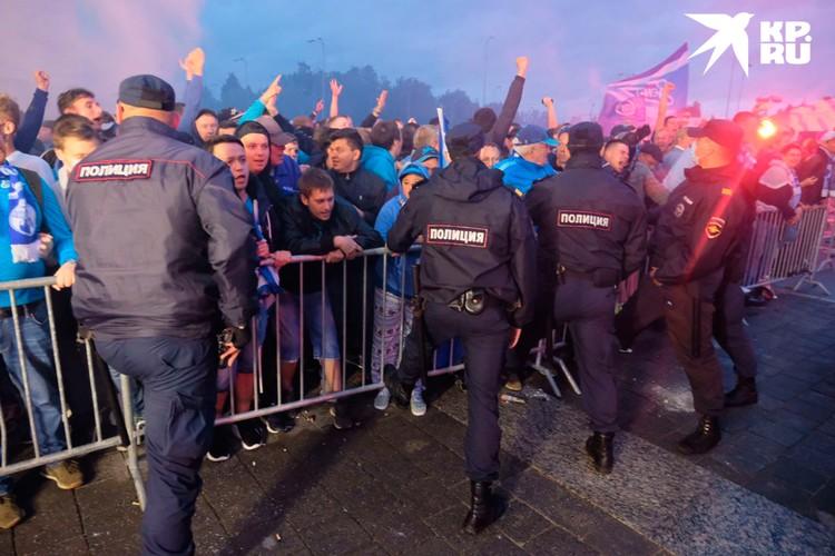 От объятий с футболистами фанатов сдерживал коронавирус и сотрудники полиции.