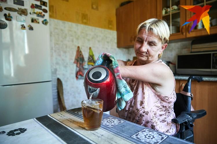 В быту Елена Константиновна по большей части научилась справляться сама. Но во многом помогают близкие, соседи и соцработники.