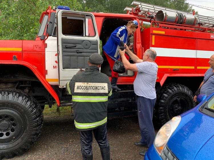 Сотрудники МЧС эвакуируют людей. Фото: Дмитрий Абаренов