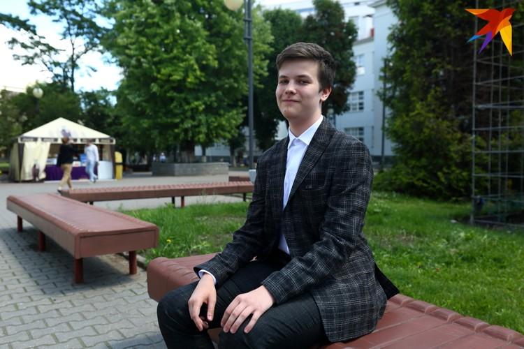 Константин сдал белорусский на 92 балла. По химии и биологии рассчитывает получить результаты выше 80
