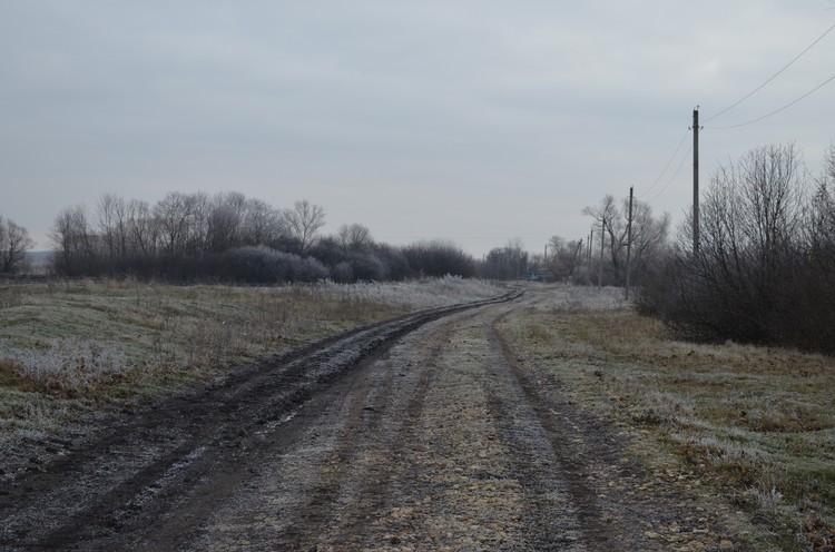 Такой дорога была полгода назад. Пусть здесь школьный автобус по-прежнему нельзя.