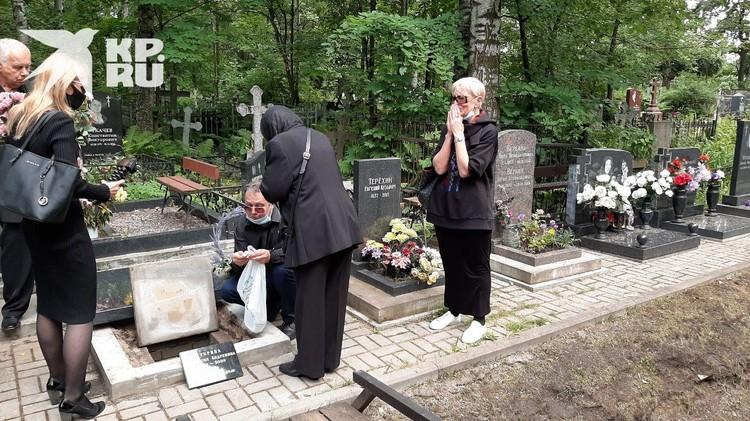 Отец сложил в могилу вещи дочери