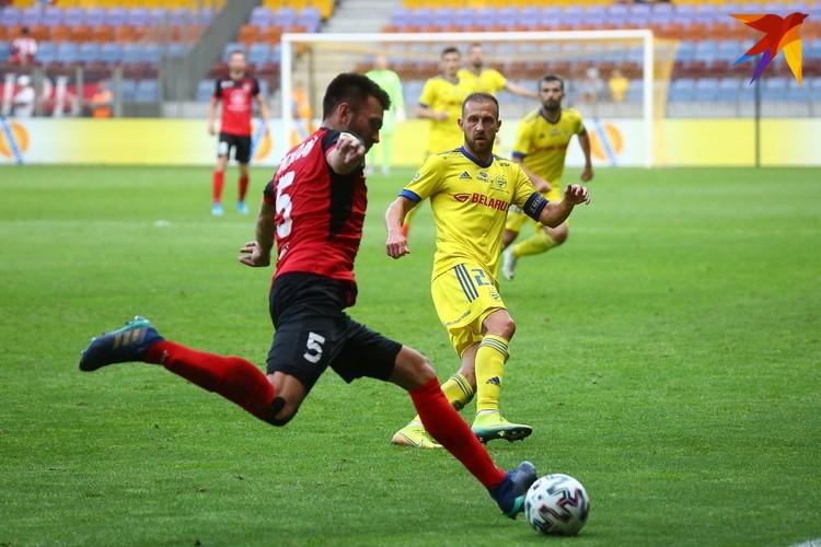Егор Потапов с мячом.
