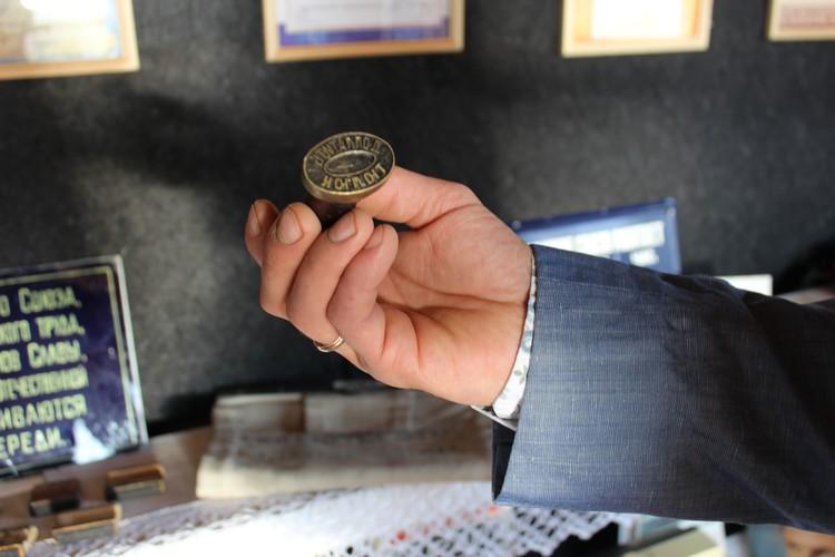 Один из экспонатов музея - почтовый штемпель с надписью Тюлюк. Фото: УФПС Челябинской области