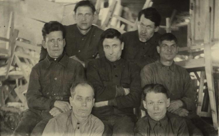 Владимир Дубовка (справа в верхнем ряду) в почетской мастерской - занятие далекое от литературы. Фото: Архив Центральная научная библиотека НАН Беларуси (предоставлено Анной Северинец)
