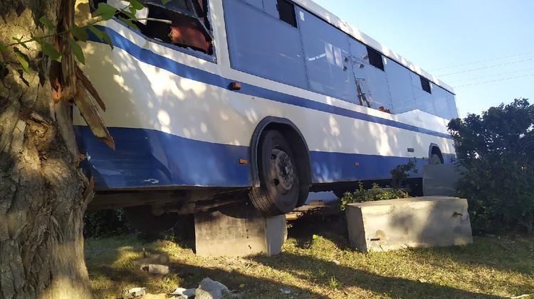 Автобус №27 налетел на бетонные блоки