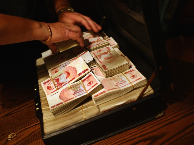 В Зимбабве огромные пачки денег не стоили практически ничего во время деноминации. Фото: Getty Images