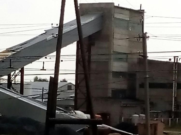 Сорвало крышу цеха. Фото соцсетей