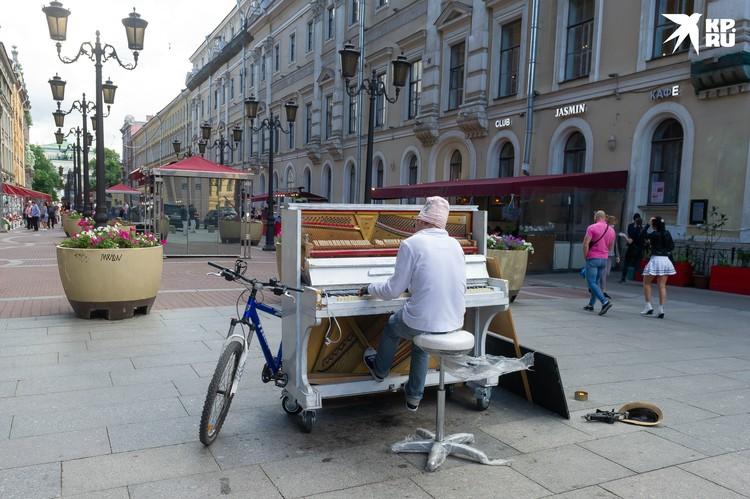 Очередное уличное пианино появилось в первых числах июля на Малой Садовой