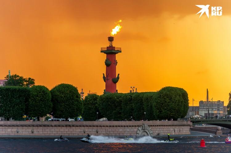 В честь «Зенита» зажглись Ростральные и синим засиял Дворцовый мост