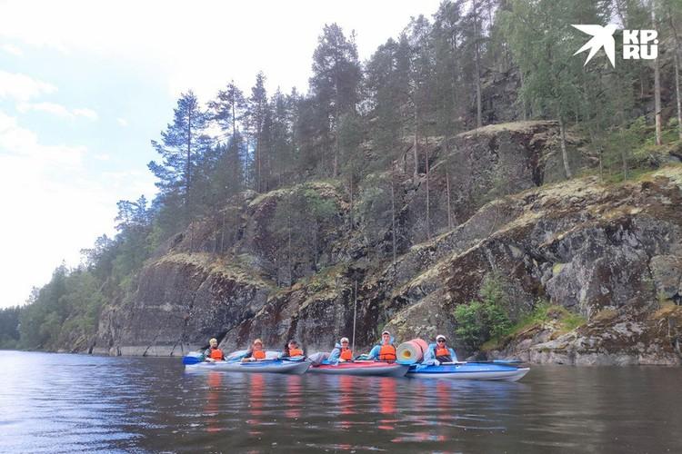 Живописные скалы каньона. Кроме, как на лодках, сюда не забраться.