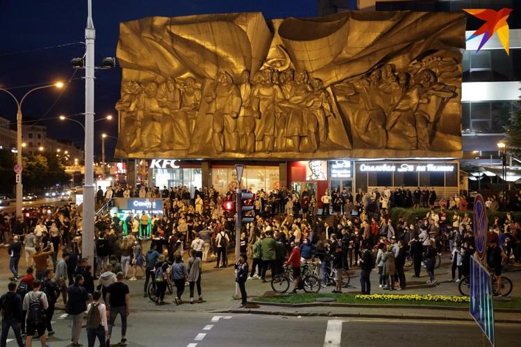 Несколько сотен людей собралось в Начале проспекта Победителей.