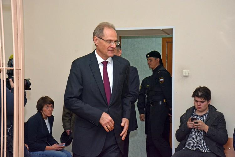 По версии следствия в 2010-ом, еще будучи вице-губернатором Юрченко нанес бюджету ущерб в 22 миллиона рублей.