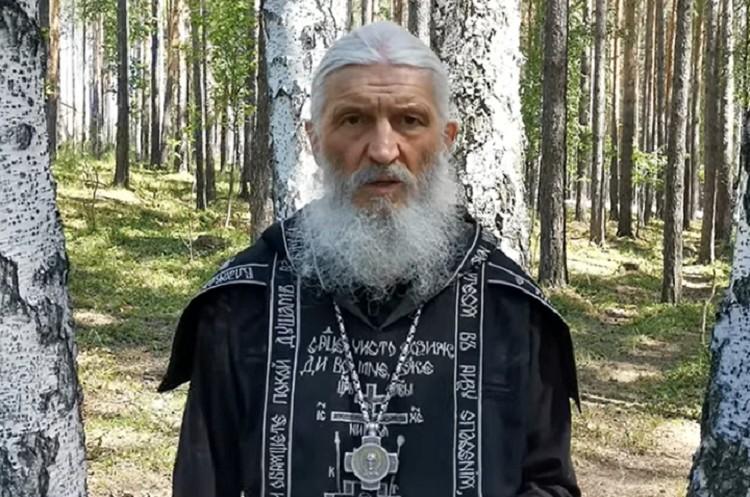 Отец Сергий известен своими обрядами по изгнанию из людей бесов. Фото: скриншот канала Всеволода Могучева в ютьюб