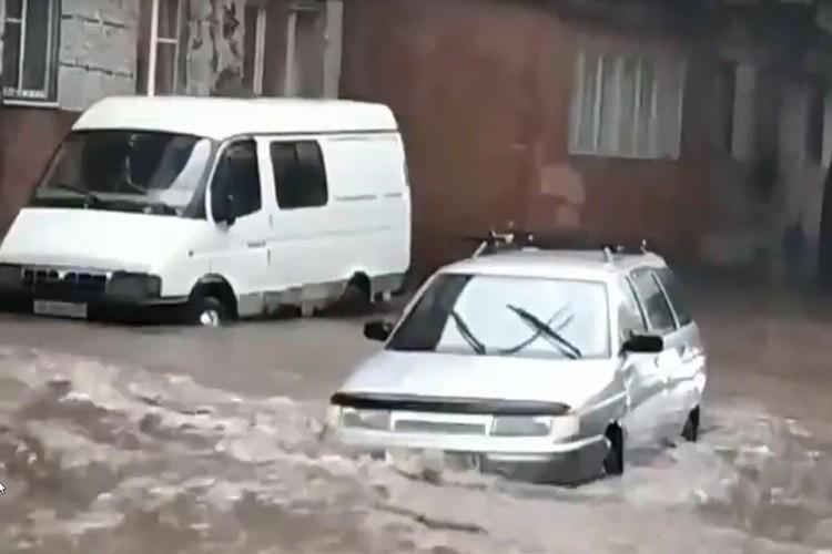 Автомобили утонули на трассе. Фото: соцсети.