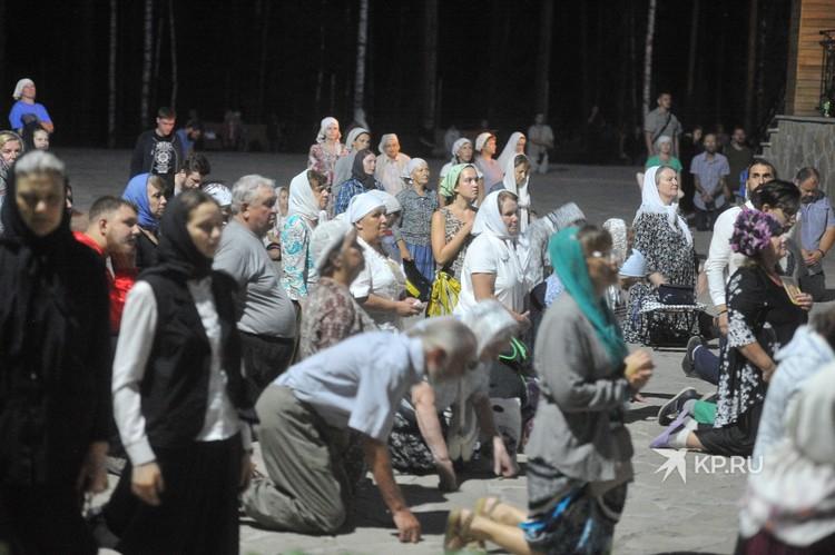 По команде Сергия верующие упали на колени.