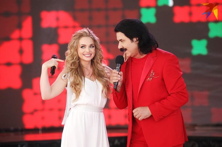 Услышав песню Павло Зиброва, посвященную женщинам, вышла Алена Ланская.