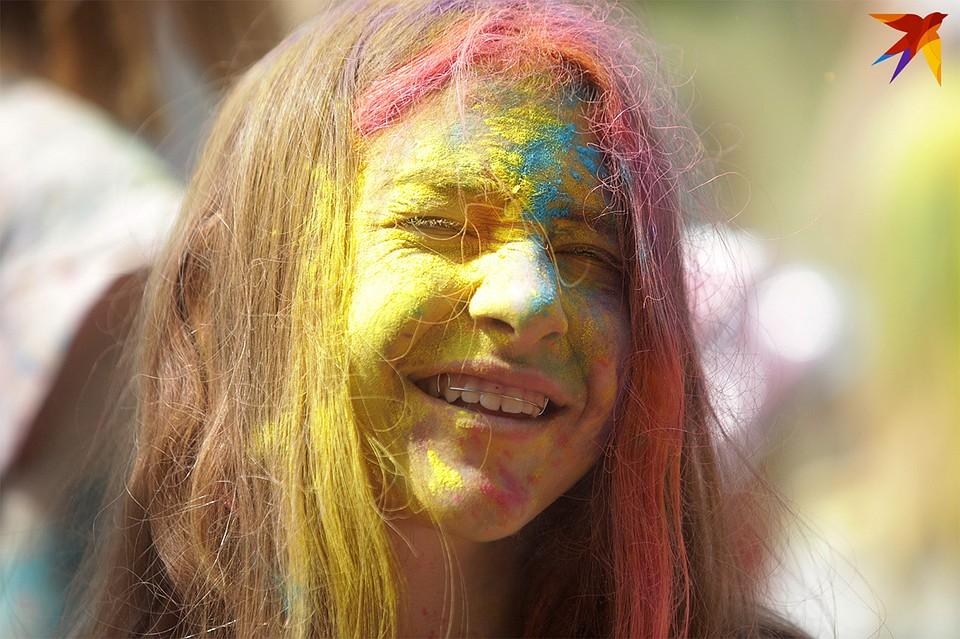 Забава, которая родом из Индии – бросаться разноцветными красками - добралась и до «Славянского базара». Фото: Павел МАРТИНЧИК