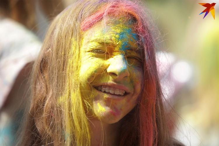 Забава, которая родом из Индии – бросаться разноцветными красками - добралась и до «Славянского базара».