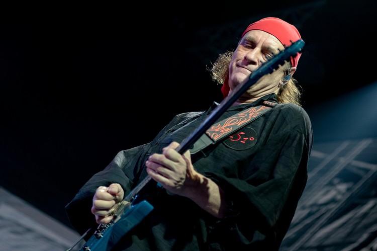 За первую фирменную гитару основатель группы расплачивался 1,5 года. ФОТО: Евгений СТУКАЛИН