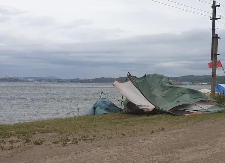 Палатки сорвало ветром на пляже Ханган. Фото: nadega.inform