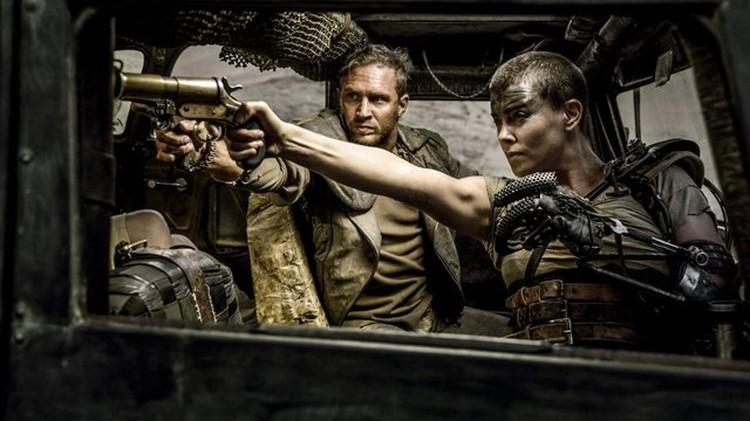 В «Безумном Максе» герой Харди выглядит если не слабее, то как минимум на равных со стреляющими женщинами.