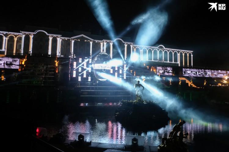 Церемония закрытия сезона фонтанов в Петергофе - всегда удивительное зрелище.