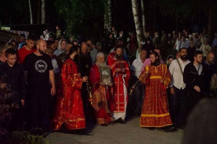 Отец Сергий во время Царского Крестного хода в Среднеуральском женском монастыре.
