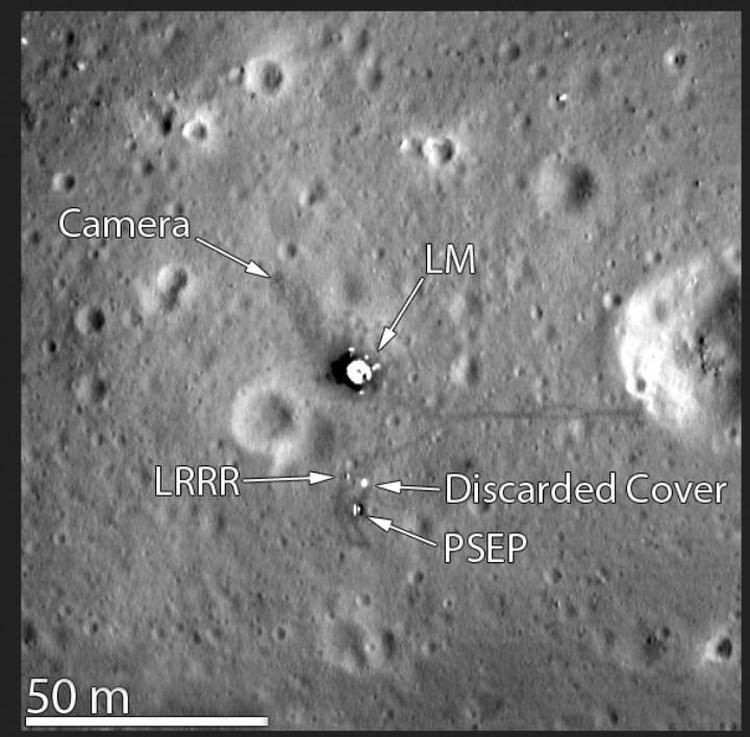 Место посадки Аполлна-11: видна посадочная ступень, научная аппаратура и следы астронавтов.